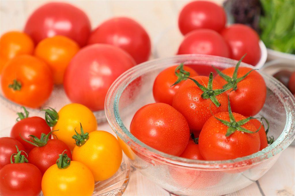 赤とオレンジの大小様々なこいとまトマト。